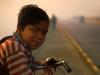 indien-kind-velo-bruecke-morgenstimmung