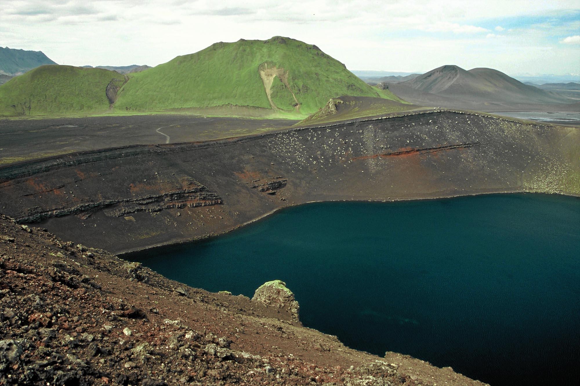 island-vulkan-caldera-small