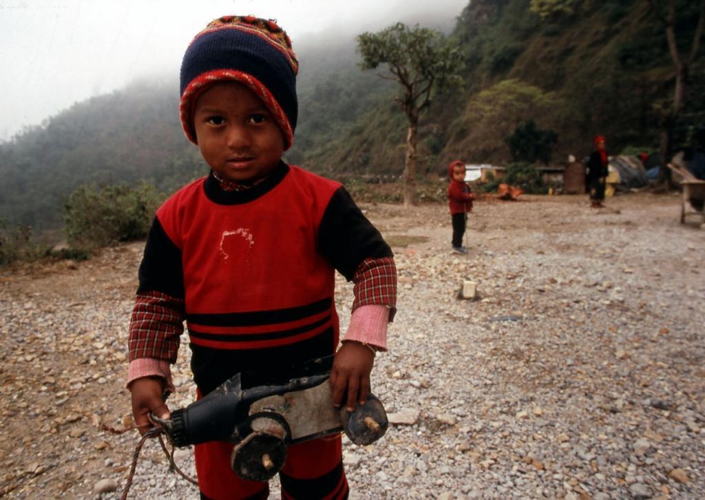 nepal-kind-mit-autospielzeug