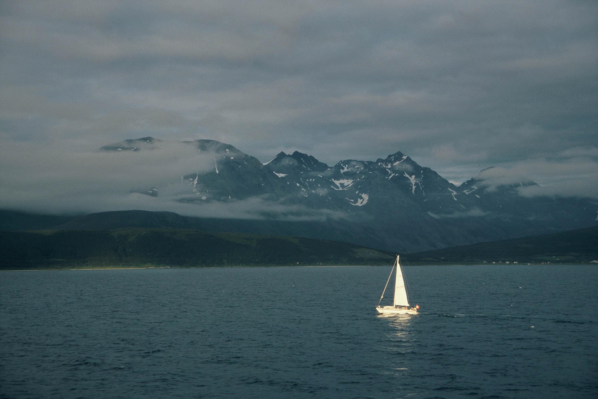norwegen-boot-im-licht-see_0