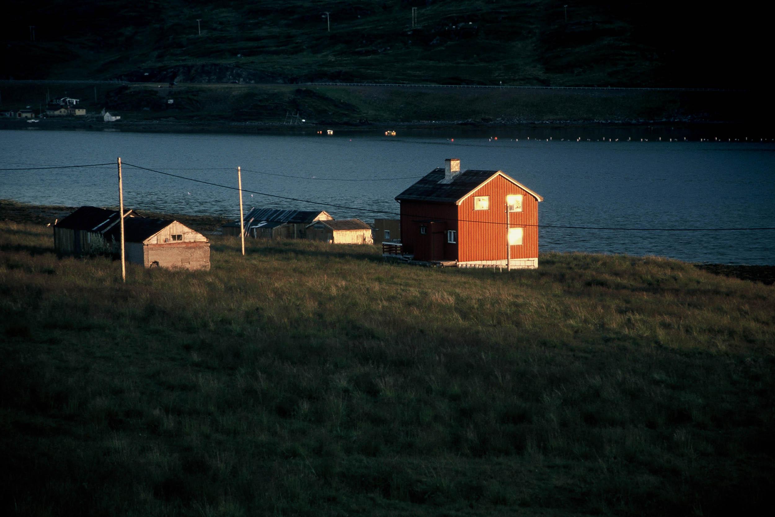 norwegen-haeuser-lichtstrahl