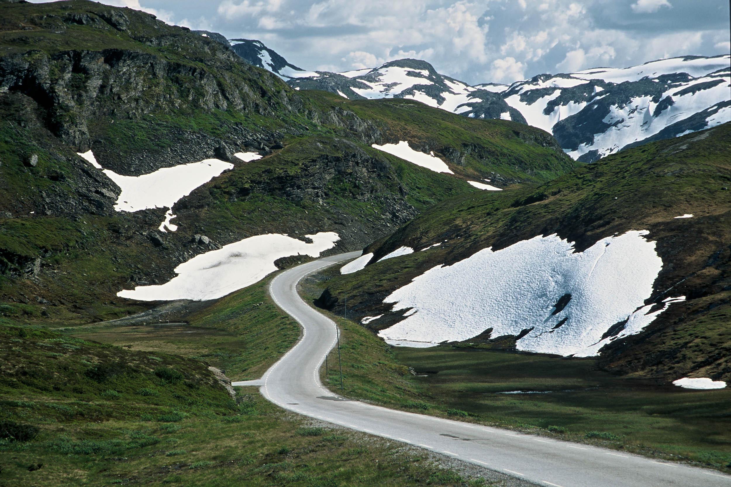 norwegen-strasse-fjell-schnee