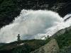 norwegen-wasserfall-frau