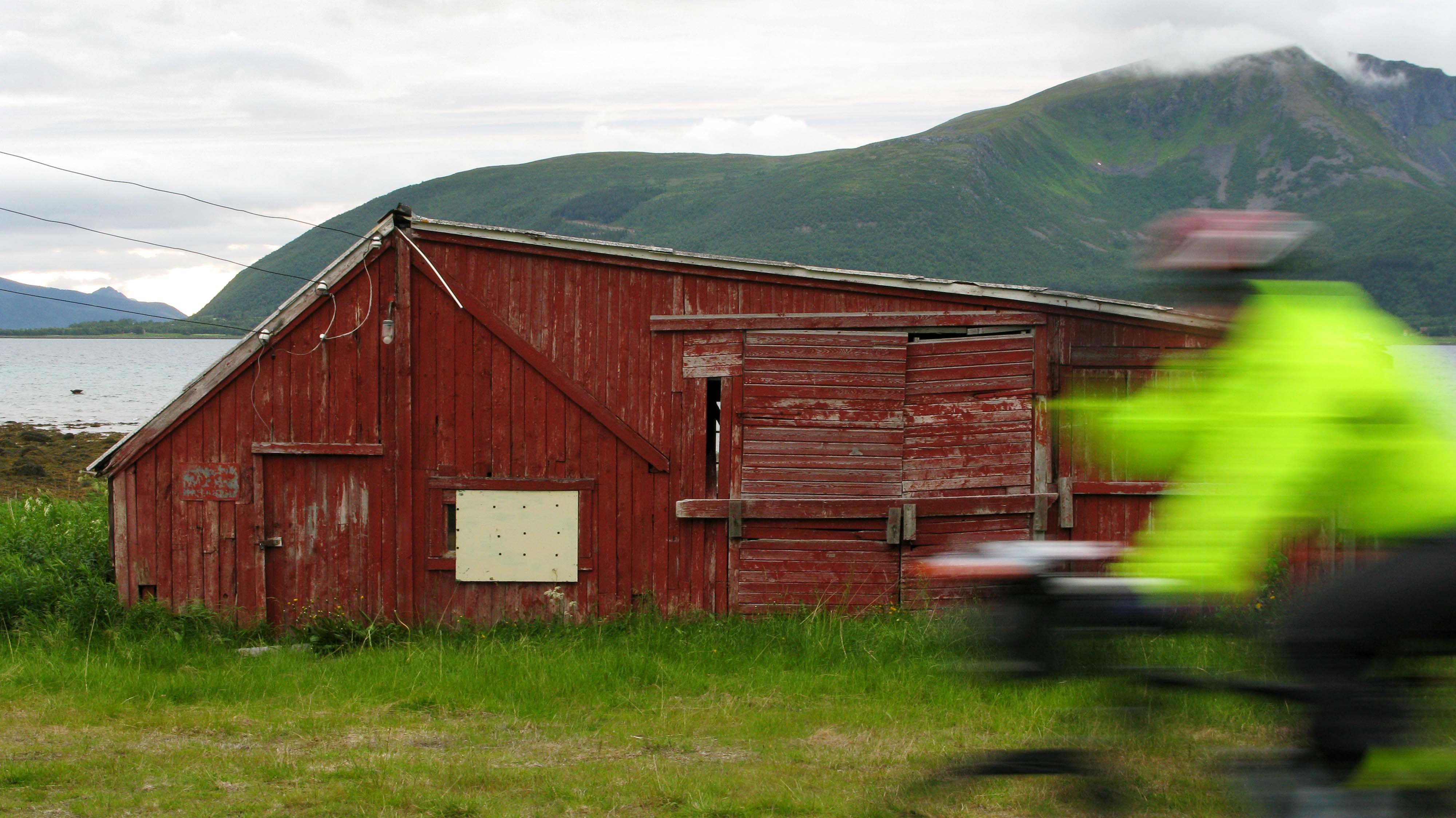 norwegen-huette-unscharfer-velofahrer