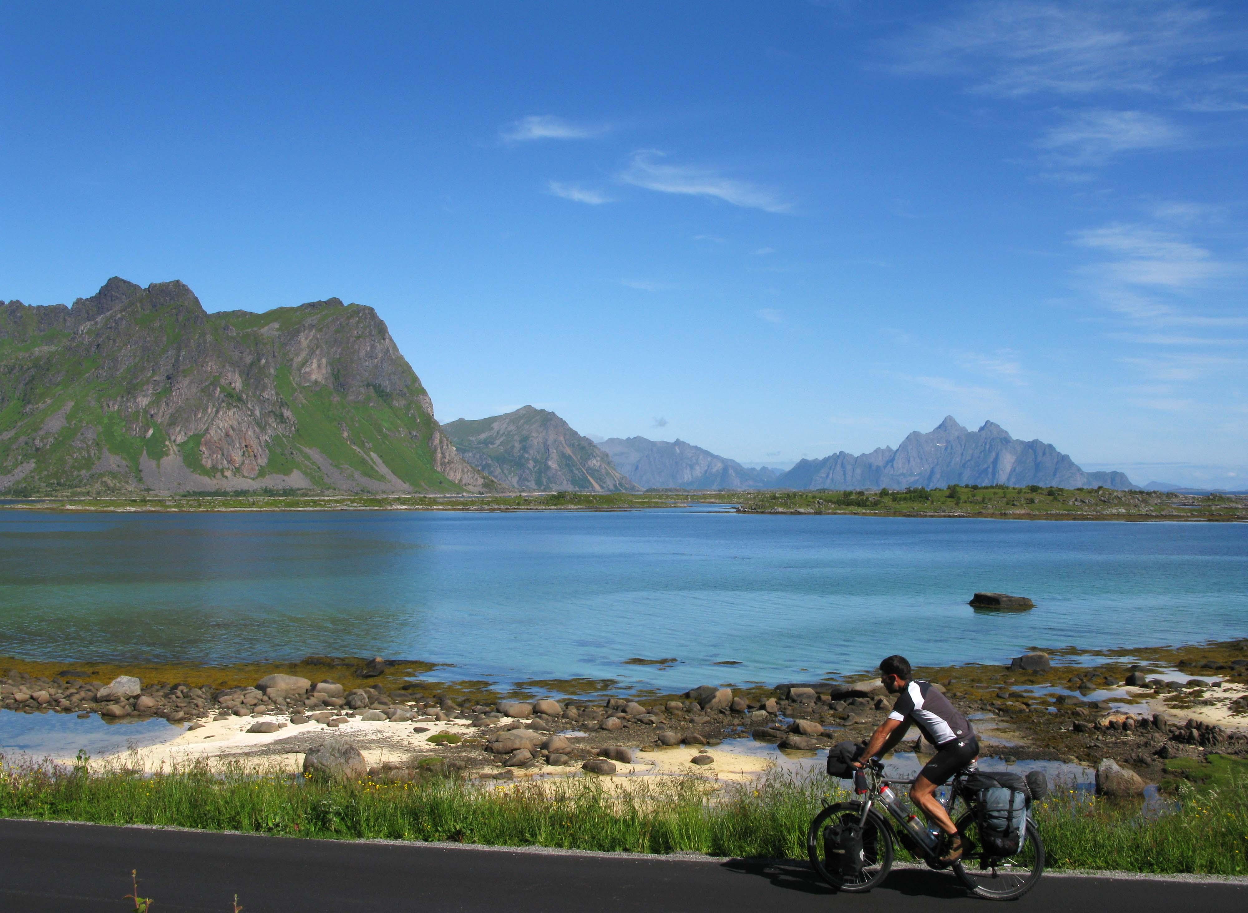 norwegen-lofoten-blau-berge-meer