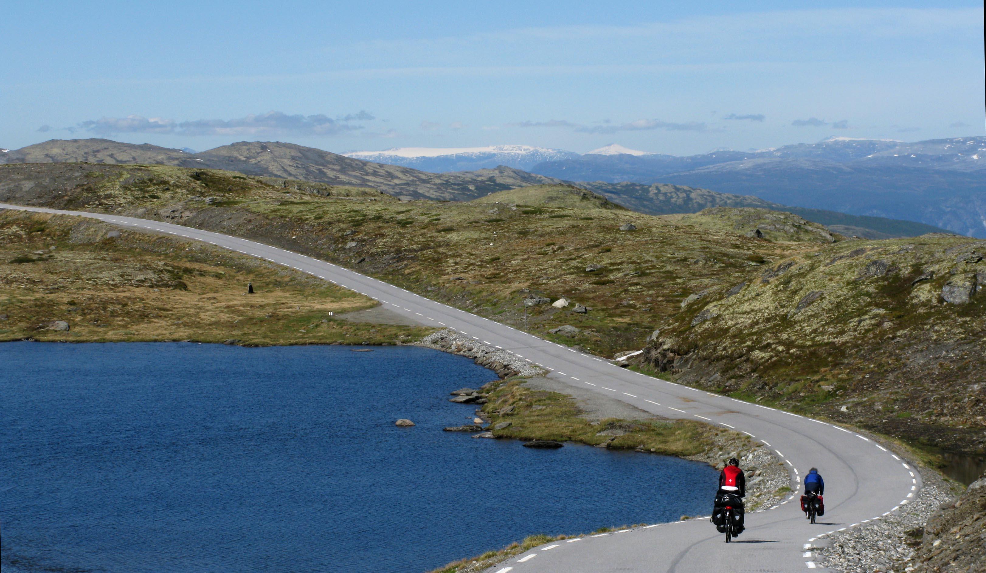 norwegen-radfahrer-fjellstrasse