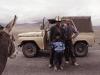 Begegnung auf dem Pamir-Highway, Kirgisen posieren vor Jeep, Esel schaut zu